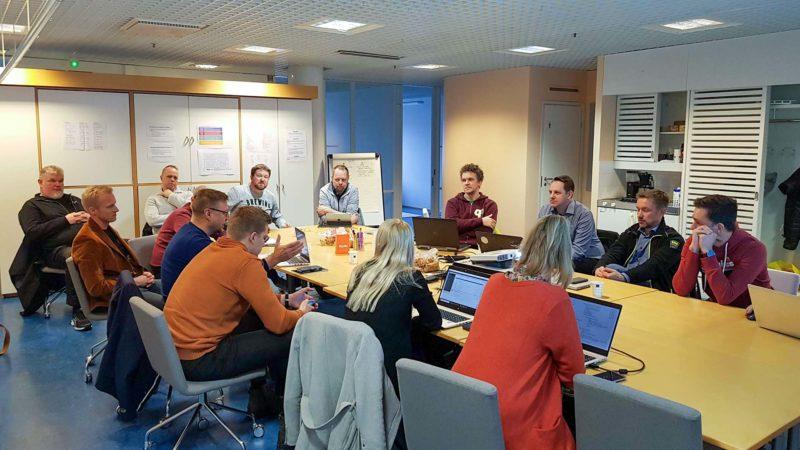 Projektitiimi muodostetaan neuvotteluhuoneessa