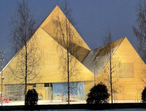 Ylivieskan kirkko jouluvaloissa